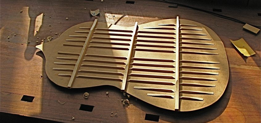 Torres kartong-gitarr, vad kan den säga oss? Del 2