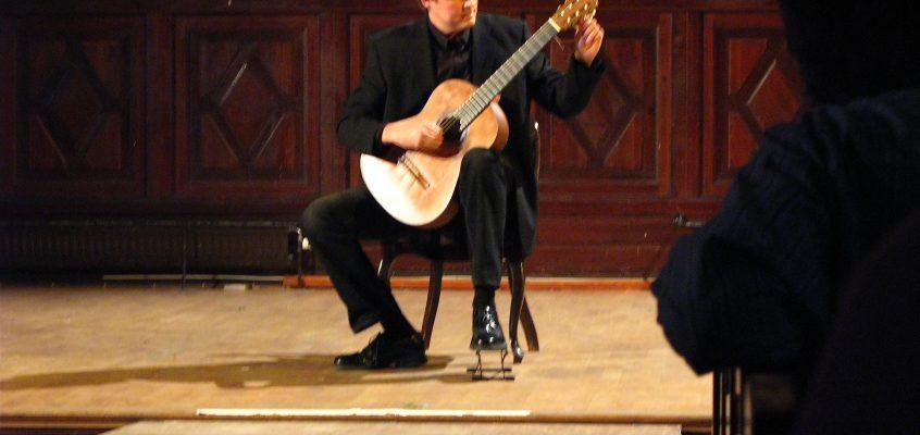 Torres kartong-gitarr och vad den kan säga oss. Del 3