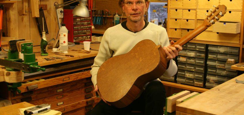 Torres kartong-gitarr och vad den kan säga oss. Del 4